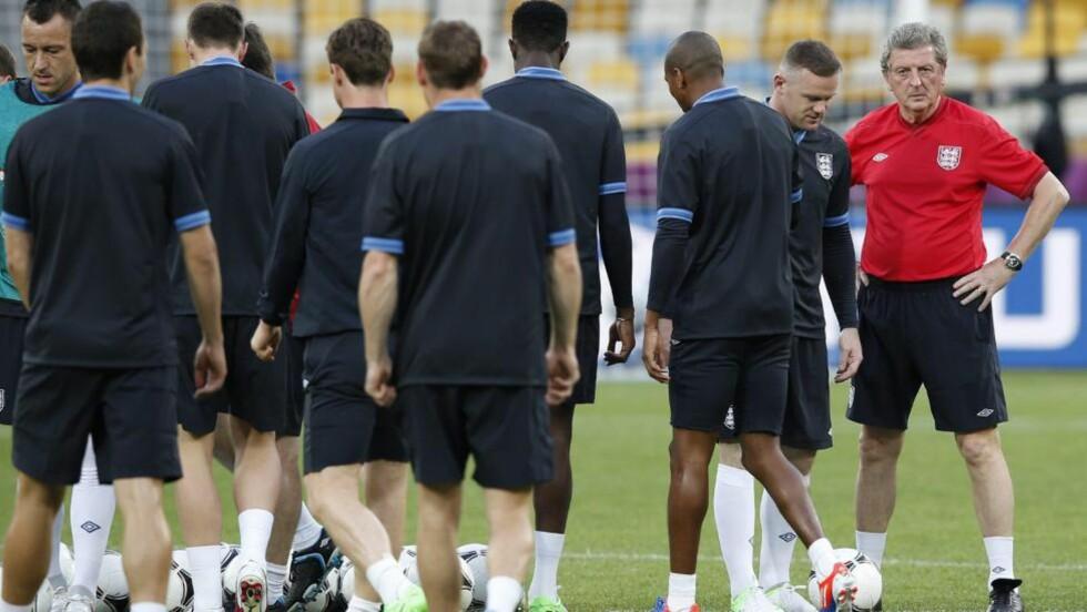 TAKTIKKEN LEKKET UT: Svenske Aftonbladet hevder deler av taktikken til Roy Hodgson og England er lekket ut før kampen mot Sverige i kveld. Foto: EPA/ANDREW KRAVCHENKO