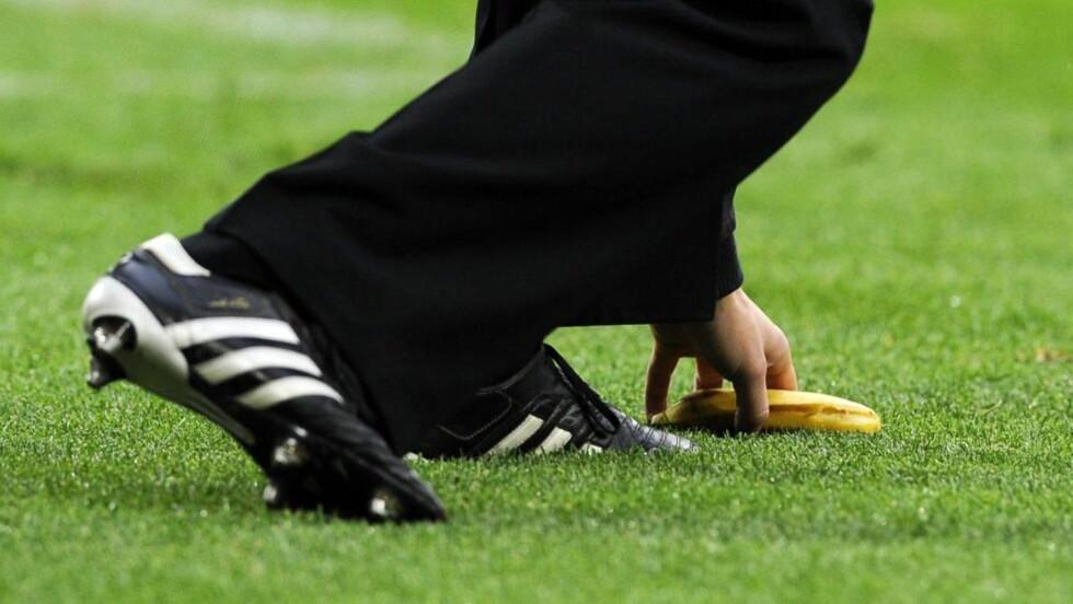KASTET BANAN: Denne bananen skal ha blitt kastet mot Mario Balotelli underveis i kampen mellom Kroatia og Italia.Foto: EPA/GERRY PENNY/NTB scanpix