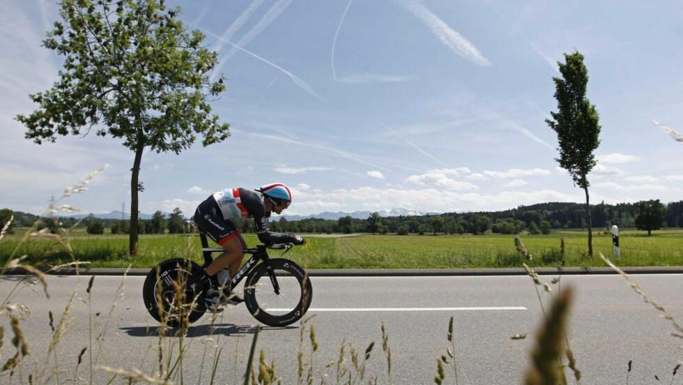 MÅTTE BITE I GRESSET: Hjemmefavoritten Fabian Cancellara ble igjen slått på en tempoetappe i Sveits Rundt - denne gang av svenske Fredrik Kessiakoff . Foto: AP Photo/Keystone/Peter Klaunzer/NTB scanpix
