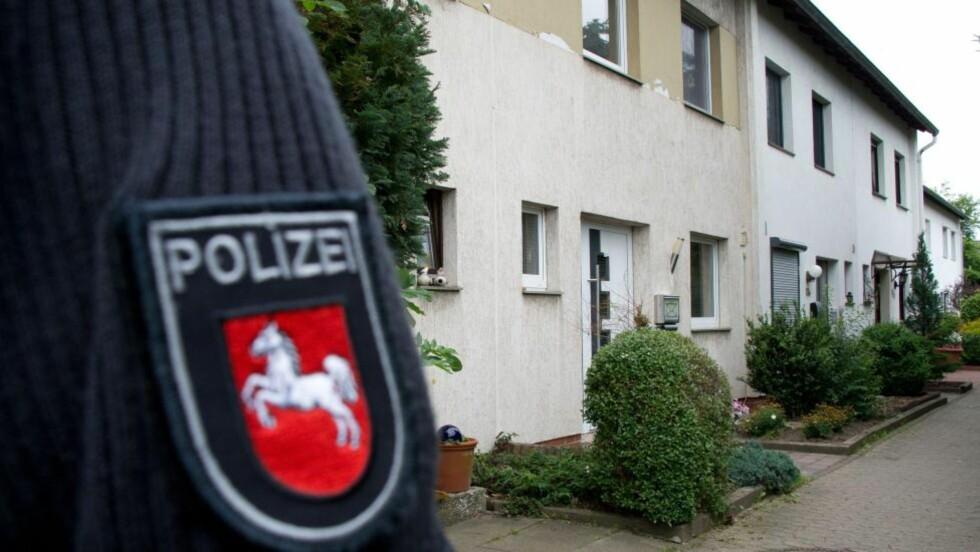 FAMILIETRAGEDIE:  En politimann holder vakt ved det avsperrede boligområdet der en far drepte sine fire barn med kniv i Ilsede mellom Hannover og Braunschwaig i Niedersachsen natt til fredag. FOTO: JOCHEN LUEBKE, AFP/NTB SCANPIX.
