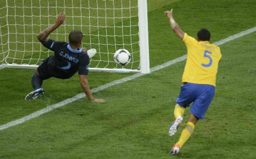 UHELDIG: Glen Johnson klønet det til for seg selv om England da han endte opp med å sette ballen i eget nett. Foto: AFP PHOTO / JONATHAN NACKSTRAND/NTB scanpix