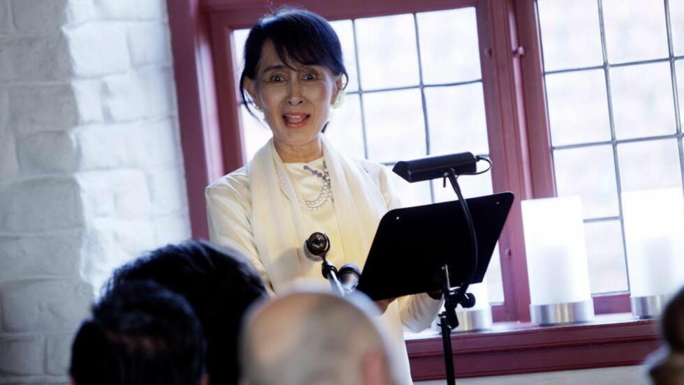 TALE:  Aung San Suu Kyi under sin tale på  Akershus festning fredag kveld. FOTO: Stian Lysberg Solum, AFP/NTB Scanpix.