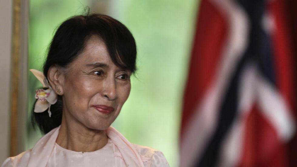 NOBELFOREDRAG:Nobelfredsprisvinner Aung San Suu Kyi holder endelig sitt Nobelforedrag, 11 år etter at hun fikk prisen. I går kom omsider fredsprisvinneren til Oslo rådhus etter over tyve år i husarrest i sitt hjem i Burma. Her fra pressekonferansen med statsminister Jens Stoltenberg etter at hun ankom Norge fredag. FOTO: REUTERS