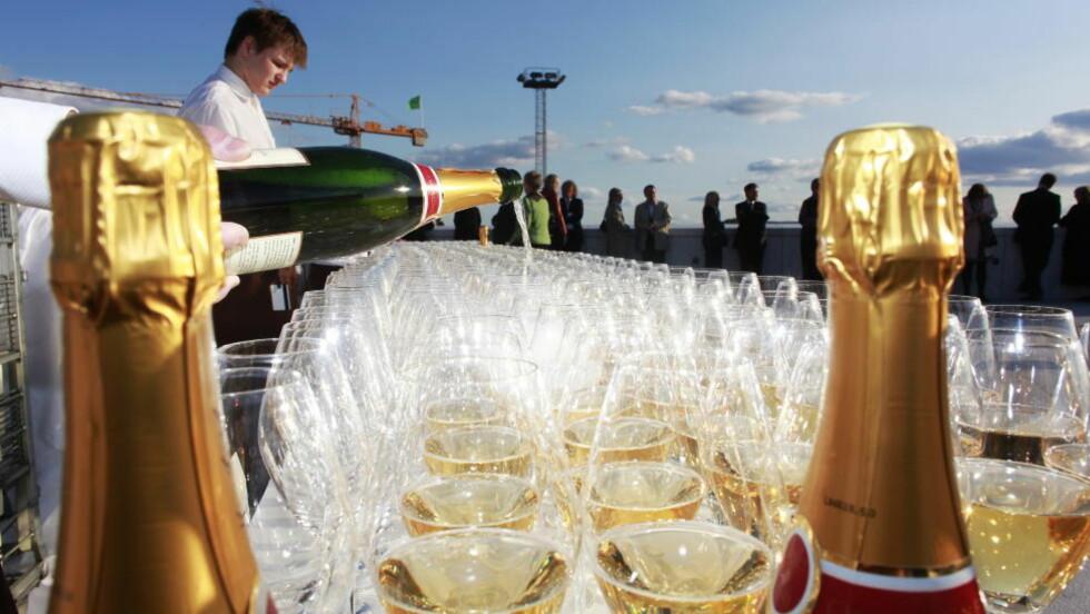 SOMMERFEST: Juni er tid for sommerfest på jobben - ofte med alkohol spandert av arbeidsgiver. Nye tall fra Helsedirektoratet viser at halvparten av oss mener at fulle kollegaer ødelegger festen. Bildet er kun et illustrasjonsfoto. Foto: Hans Arne Vedlog / Dagbladet