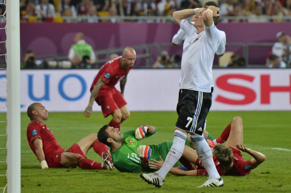 IKKE PÅ TRYGG GRUNN: Bastian Schweinsteiger og Tyskland er ennå ikke sikret kvartfinalplass selv om laget har vunnet begge sine to første kamper. Foto: AP Photo/Martin Meissner/NTB scanpix