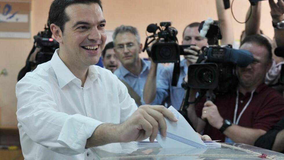 POPULÆR POPULIST: Alexis Tsipras leder det greske venstreradikale partiet Syriza. Han blir kalt en noksagt av den tyske tabloidavisa Bild, som advarer mot «katastrofe» om Tsipras blir valgt. Foto: AFP/LOUISA GOULIAMAKI/NTB Scanpix.