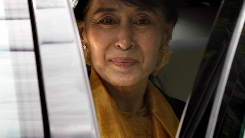 MØTTE STØRE: - Vi snakket om Norge og Burmas politiske samarbeid, var alt Aung San Suu Kyi ville si til pressen da hun forlot Utenriksdepartemenetet etter sitt lengre møte med Jonas Gahr Støre i formiddag. Foto: REUTERS/Cathal McNaughton