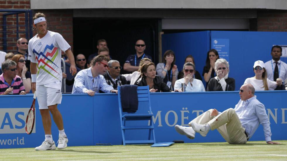 SPARKET SKILT: David Nalbandian sparket i et reklameskilt og skadet dommeren i tenniskampen mot Marin Cilic. Foto: AP Photo/Sang Tan