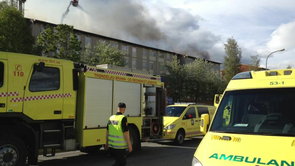 MANGELFULL BRANNSIKRING: En hel etasje i en boligblokk ble svidd av i en brann i Trondheim lørdag. Brannvesenet mener at slike blokker som ikke har brannskiller, er rene brannfellene. Foto: Tor Aage Hansen / NTB scanpix