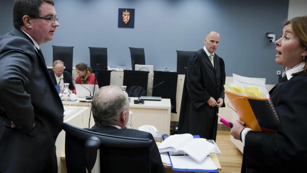 VITNER I DAG: Rettspsykiaterne Terje Tørrissen og Agnar Aspaas i samtale med forsvarerne Vibeke Hein Bæra og Geir Lippestad i pausen under forklaringen i rettssal 250 mandag i tiende, og dermed siste uke i rettssaken der Anders Behring Breivik står tiltalt for terrorangrepet i Oslo og på Utøya 22. juli 2011. Foto: Heiko Junge / NTB scanpix