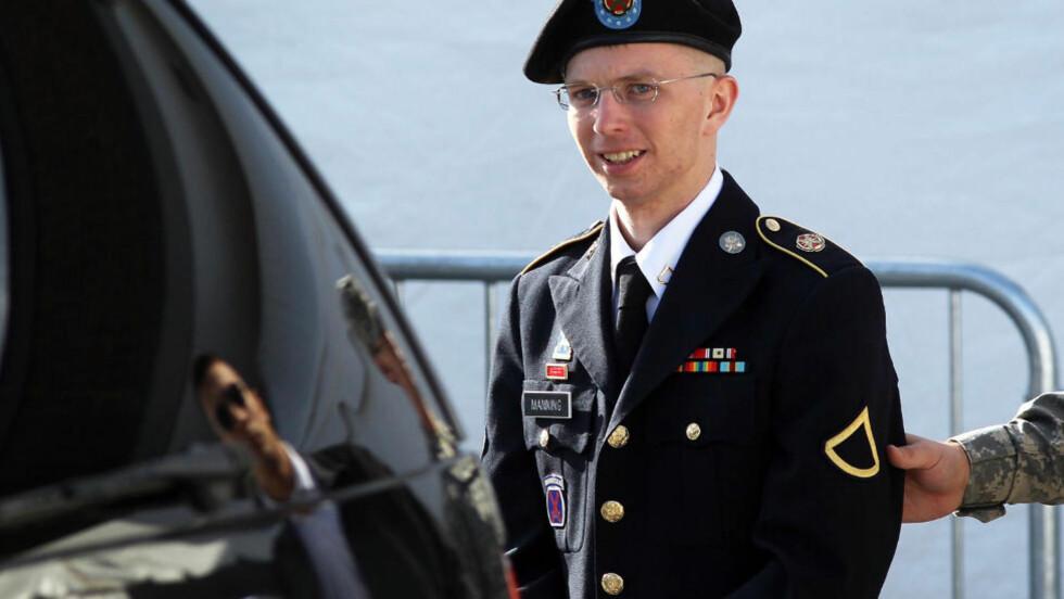 TILTALT: Den menige soldaten Bradley Manning har sittet i varetekt i to år mistenkt for å ha lekket amerikanske krigshemmeligheter til Wikileaks. Her eskorteres han fra en rettslig høring på militærbasen Fort Meade i Maryland i forrige uke. Selve rettssaken skal etter planen starte i september. Foto: Alex Wong / Getty Images / AFP