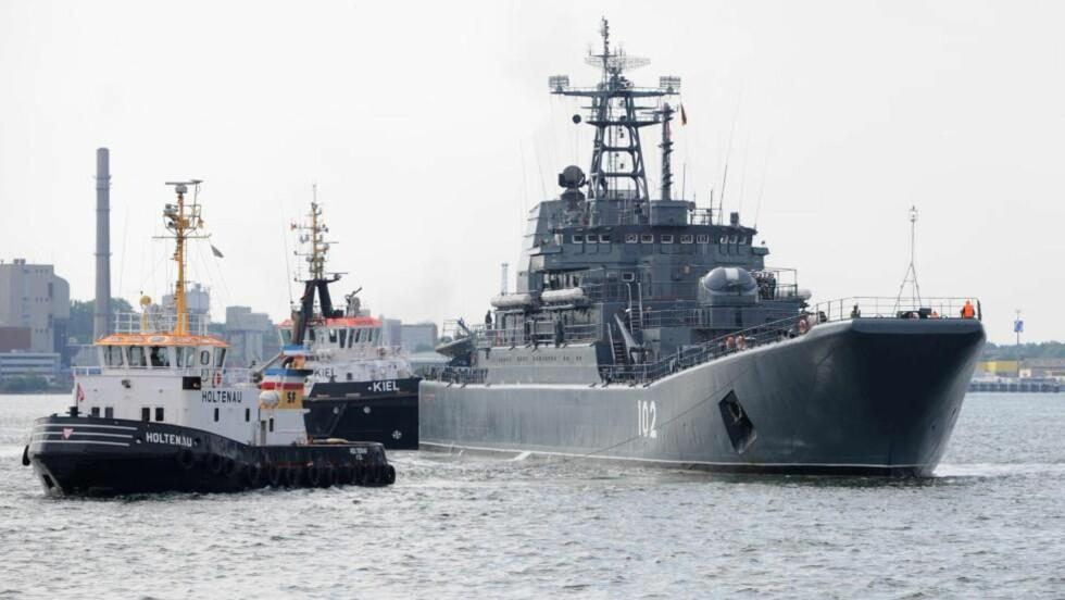"""SENDER MARINEN: Russland sender fartøyer for å hjelpe, eventuelt avakuerer, russere i Syria. Her er det russiske marinefartøyet """"Kaliningrad"""" på besøk i Kiel i Tyskland tidligere i måneden. EPA/ANGELIKAWARMUTH"""