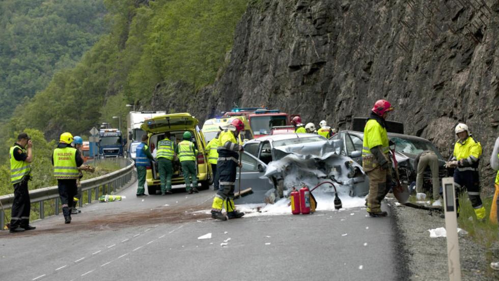 FRONTKOLLISJON: Flere personer skal være kritisk skadd etter en kollisjon mellom to biler ved Vassenden på Voss mandag ettermiddag. Foto: Geir Geitle / Hordaland / NTB scanpix