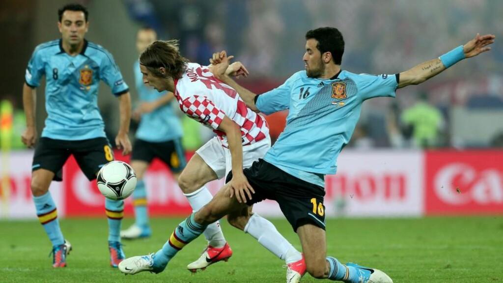 KVELDENS GIGANT:Luca Modric på vei gjennom det spanske forsvaret til ingen annen nytte enn å vise de gjenværende lagene at også Spania kan være til å slå. FOTO:  EPA/Oliver Weiken.