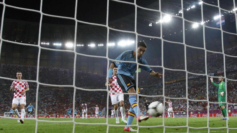HER AVGJØRES DET: Jesus Navas dunker inn vinnermålet for Spania mot Kroatia, men var det offside i forkant? Foto: SCANPIX/AP/Michael Sohn