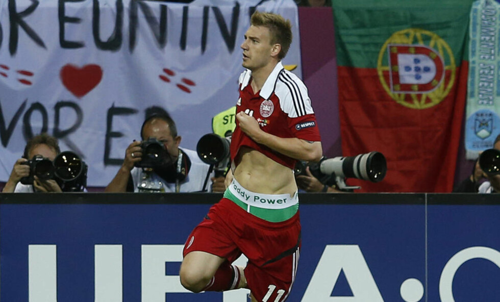 750 000 KRONER: Denne feiringen ble dyr for Nicklas Bendtner. UEFA ga ham en bot på 750 000 kroner for skjult reklame. Foto: REUTERS/Eddie Keogh