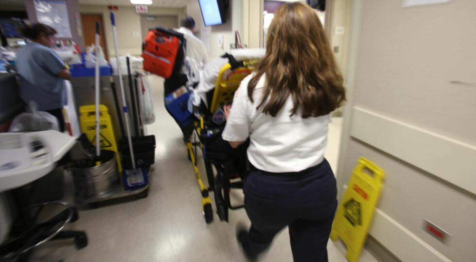 MANGLER HELSEFORSIKRING: Her blir en pasient flyttet fra akuttmottaket på Advocate Trinity Hospital i Chicago. Akuttmottakene er et av de få tilbudene for pasienter uten helseforsikring. Foto: AP PHOTO/NTB SCANPIX