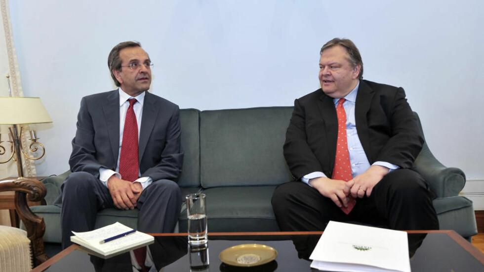 EURO-KAMERATENE:Konservative Antonis Samaras, til venstre, og sosialdemokraten Evangelos Venizelos, er de to som har underskrevet den omstridte avtalen med EU, og som EU nå setter sin lit til. Men de har vanskelig for å få med andre partiet i det Samaras ønsker å danne, nemlig nasjonal samlingsregjering. Foto: AP / Scanpix / Louisa Gouliamaki
