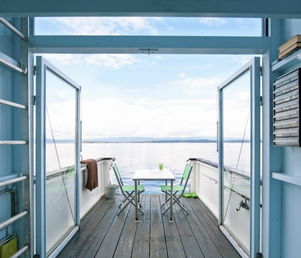 RETT UT: Med glassdørene på vidt gap blir gulvflaten og nytelsen dobbelt så stor. Samme gulvmateriale ute og inne skaper en fin helhet. Stålstigen til venstre går opp til en liten hems som brukes til avslapning og oppbevaring. Foto: Espen Grønli