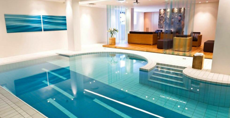 DET STORE TREKKPLASTERET: Hotellgjester har gratis inngang til spaet med innendørs saltvannsbasseng. Alt er geotermisk oppvarmet, og man blir fort vant til svovellukten.