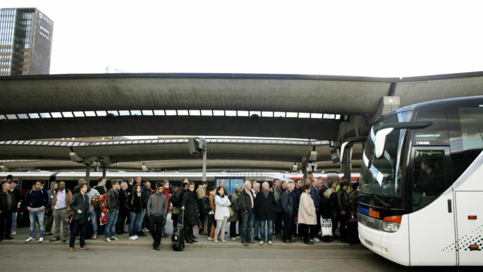 BUSS FOR TOG: Her var det buss for tog fra Oslo S, slik det blir i sommer også. Men Jernbaneverket og Vegvesenet lover bedring i år. Foto: Torbjørn Grønning  / Dagbladet