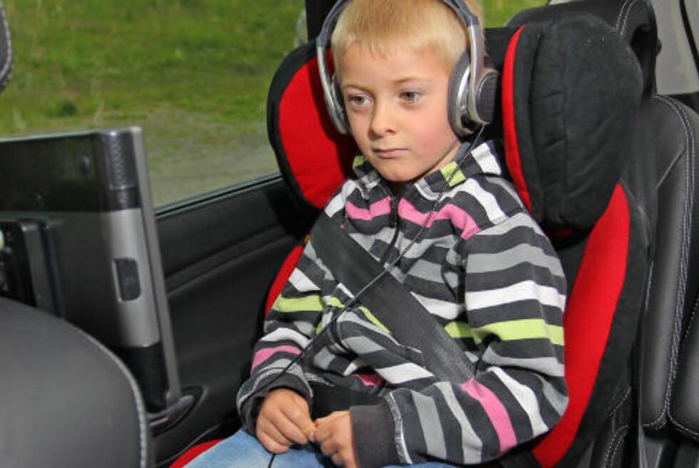 LYDBOK: Seksåringene syns det blir best med øretelefoner, da er det lettere å holde på konsentrasjonen. Foto: PETTER HANDELAND