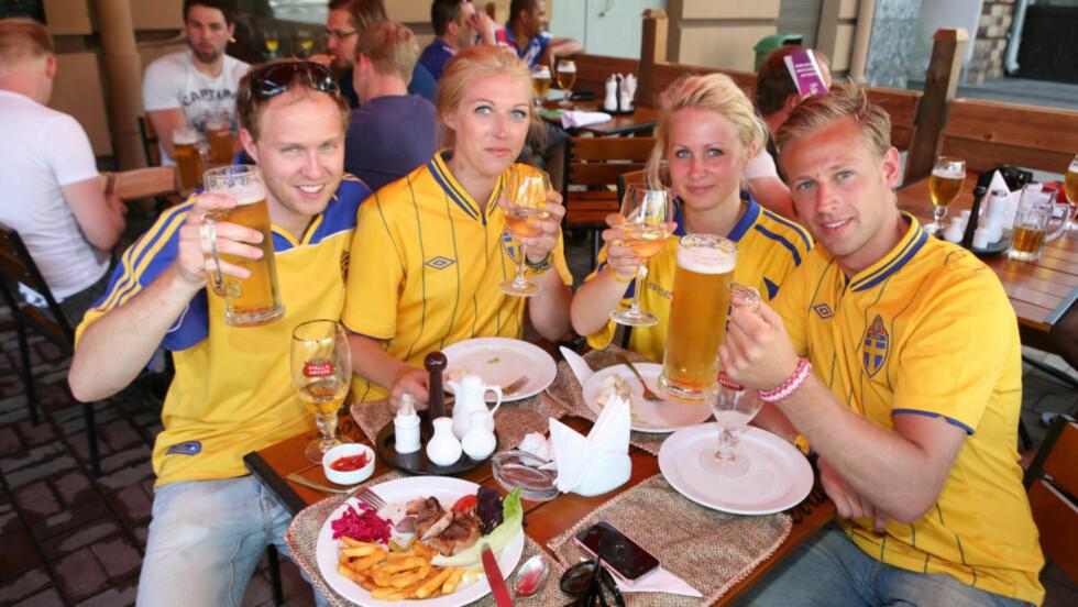 GOD STEMNING: Jens Endfors (27), Ida Eriksson (23), Anna Algotsson (23) og Erik Tjarnkvist (27) hygger seg med kald drikke før kampen mot Frankrike. Foto: Tore Ulrik Bratland