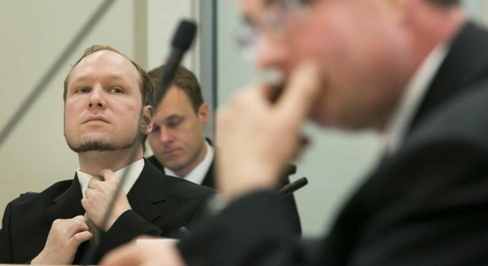 I KAMUFLASJEDRAKT? Anders Behring Breivik retter på silpset mens han lytter til rettspsykiaterne Terje Tørrissen og Agnar Aspaas. Foto: Heiko Junge / NTB scanpix