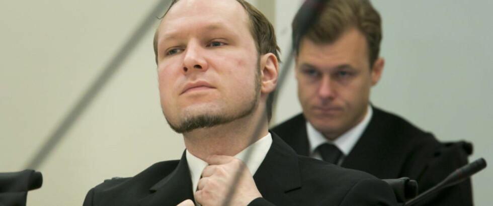 TERORIST: Anders Behring Breivik retter på slipset mes han lytter til rettspsykiaterne Terje Tørrissen og Agnar Aspaas som forklarer seg i rettssal 250 tirsdag i tiende og siste uke i rettssaken. Foto: Heiko Junge / NTB scanpix