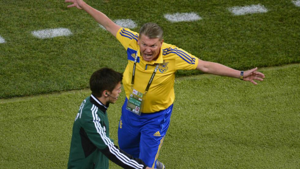 FORBANNA: Ukraina-trener Oleg Blokhin raser mot dommerne og Tom Harald Hagen etter tapet mot England. Foto:  REUTERS/Felix Ordone