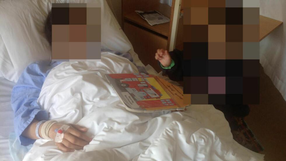 PÅ 24. DØGNET:   Den sultestreikende kvinnen er her i senga på sykehuset i Arendal, med sin sønn ved sin side. Foto: Privat