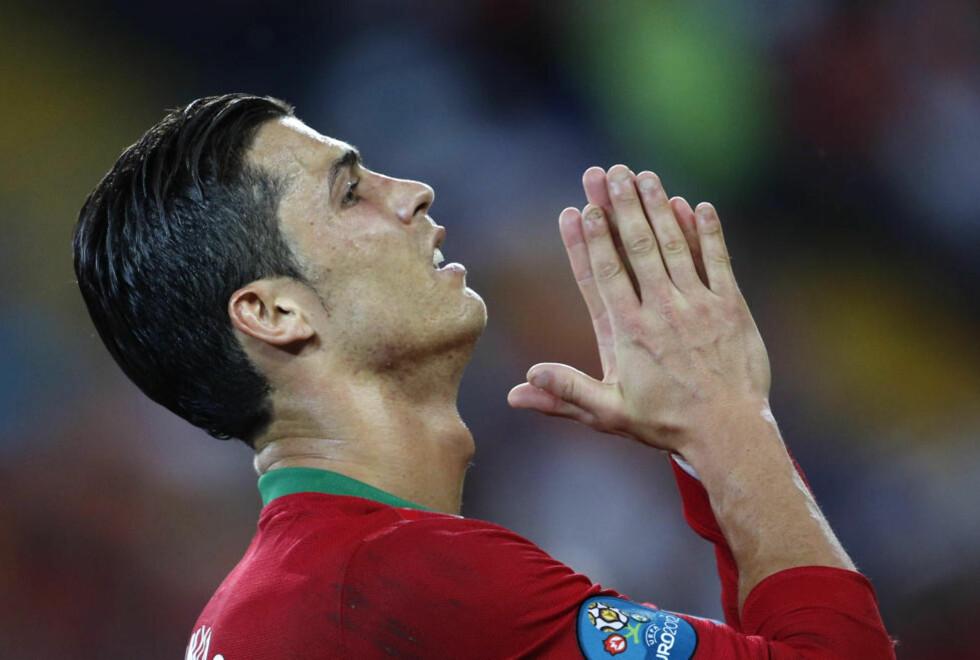 LEVER FARLIG: Cristiano Ronaldo er én av 11 spillere som mister en eventuell semifinale med gult kort foran møtet mellom Tsjekkia og Portugal på torsdag. Foto: REUTERS/Yves Herman/NTB scanpix
