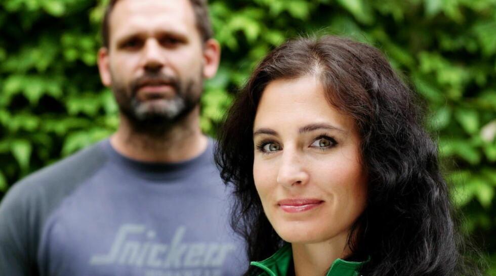FRIKJENT: Programleder Janne Seime Siler var blant de som ble saksøkt for ærekrenkelse i forbindelse med TV3-programmet «Bygg & Bedrag». Sammen med tv-snekker Morten Hofstad (bak) hjalp hun forbrukere mot useriøse håndverkere. Foto: TV3