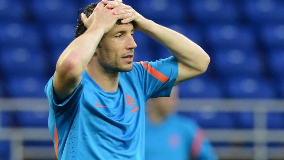 FIASKOEN: Nederland og Mark van Bommel røk ut av gruppespillet med tre tap. Midtbanespilleren startet på benken i den siste kampen. Foto: PATRICK HERTZOG /AFP / NTB scanpix