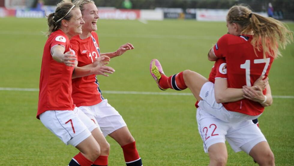 VIKTIG SEIER: De norske jentene jubler for den utrolig viktige 1-0-scoringen. Norge slo Nord-Irland 2-0. Foto: Jon Olav Nesvold / NTB scanpix