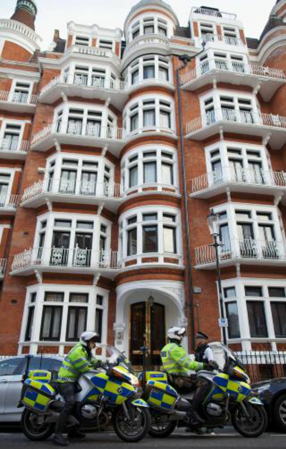 <strong>VOKTES:</strong> Politiet har dannet en jernring rundt den ecuadorske ambassade i London. De vil pågripe Assange om han går utenfor området. Foto: AFP/Andrew Cowie/NTB Scanpix