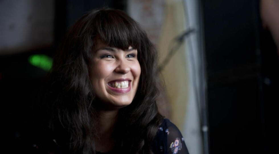 FORNØYD: Maria Mena får årets Edvard-pris i klassen populærmusikk og virker strålende fornøyd. Bildet er fra da hun hoppet inn som gjesteprogramleder for Lydverket i fjor. Foto: Øistein Norum Monsen