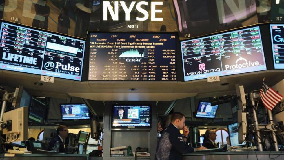 NEW YORK: Arbeidet på børsen i New York fortsatte i mens lederen av Federal Reserve, Ben Bernake, holdt sin tv-tale. Foto: John Moore/Getty Images/AFP/NTBScanpix