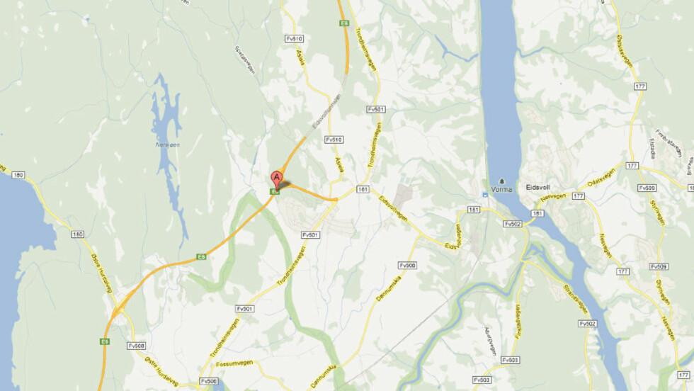 OMKOM:  En person omkom i en frontulykke på E6 ved Eidsvoll i dag tidlig. Bilen kjørte i motgående kjørefelt. Kart: Google