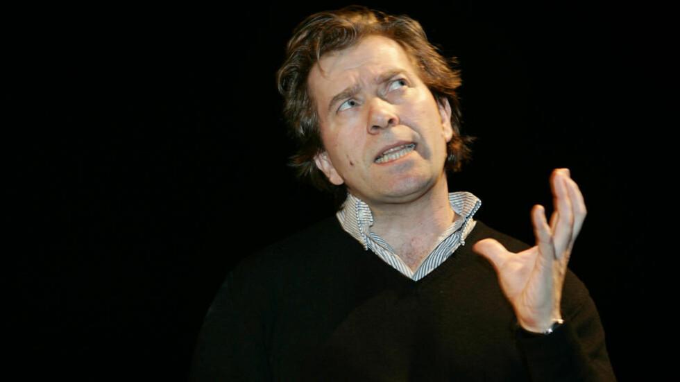 SLUTTER: Kai Johnsen fratrer sin stilling som kunstnerisk leder ved Dramatikkens Hus på grunn av uenighet med styret. Her er han i full gang med regien av  Jon Fosses «Rambuku» for noen år siden. Foto: Heiko Junge / NTB SCANPIX.