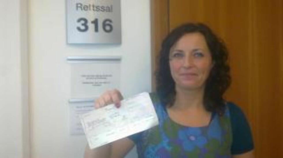 """PENGENE TILBAKE: Butikkeier Samira Hajric i Halden  spurte i retten hvorfor hun hadde fått en giro på 500 kroner fra et ukjent advokatfirma. Hun ble jublende glad da hun skjønte at """"lånet"""" var tilbakebetalt. Marie Madeleine Larsen startet tilbakebetalingen til ofrene like før rettssaken. MMS-FOTO: ØYSTEIN ANDERSEN/DAGBLADET"""