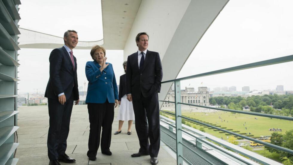 VELLYKKET BESØK: Statsminister Jens Stoltenberg dro fra Norge sammen med den britiske statsministeren, David Cameron, på besøk til forbundskansler Angela Merkel i Tyskland. Han drøftet sjøkabler med dem begge, og nå er avtalene med begge land på plass. Foto: REUTERS/Bundesregierung