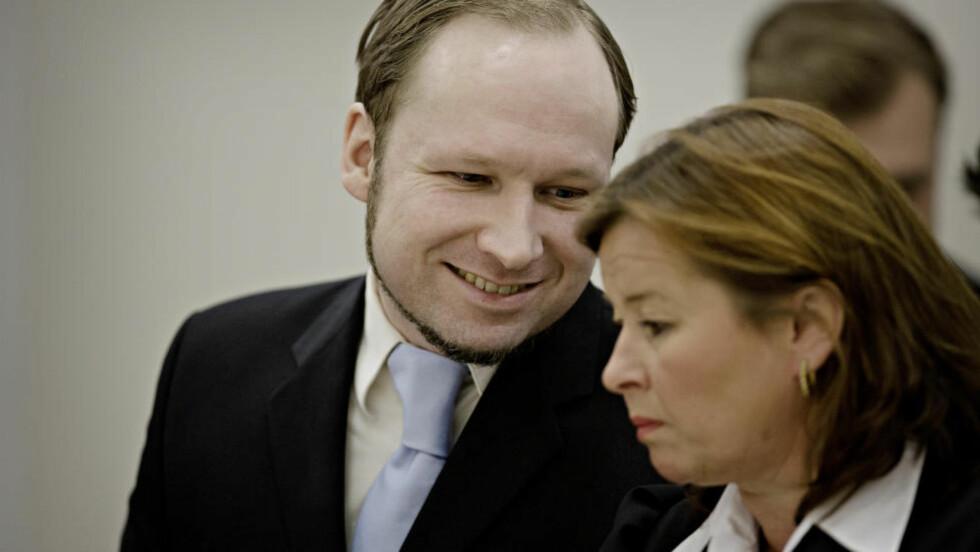LYST TIL Å DREPE: Aktoratet legger vekt på Anders Behring breiviks psyke, ikke hans ideologi. Her ler han og ser på sin advokat Vibeke Hein Bæra. Foto: Lars Eivind Bones / Dagbladet