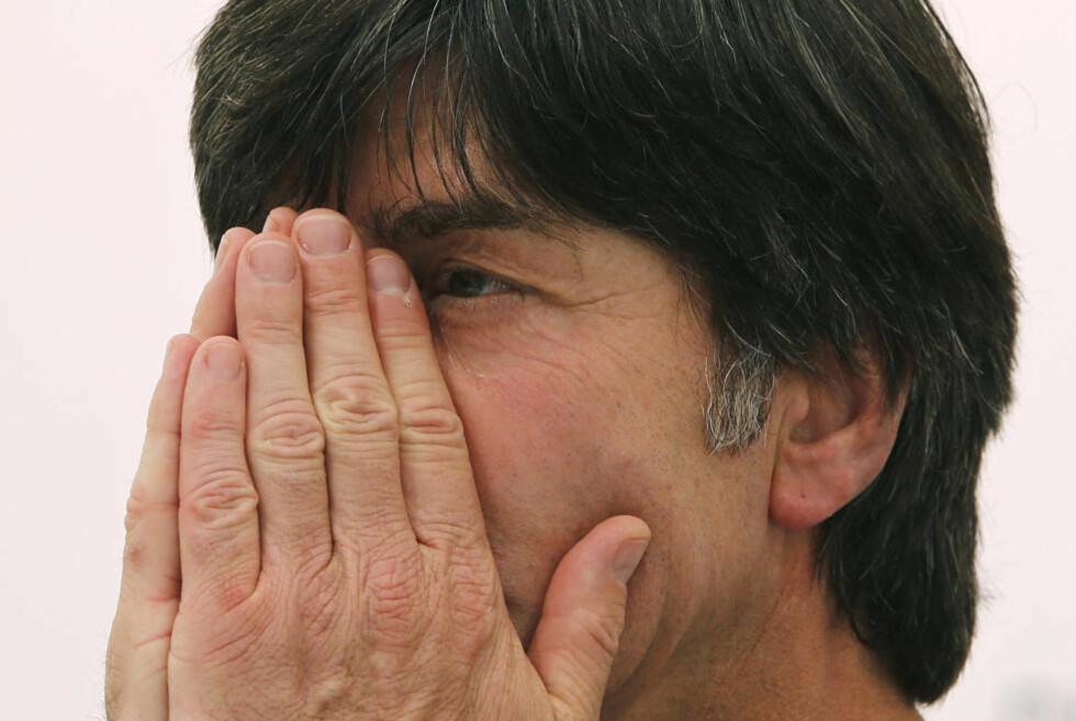 VIL TIE I FREMTIDEN: En leppeleser som skriver hva Joachim Löw sier under kampene i EM får Tysklands landslagssjef til å roe språkbruken. Foto: REUTERS/Thomas Bohlen/NTB scanpix