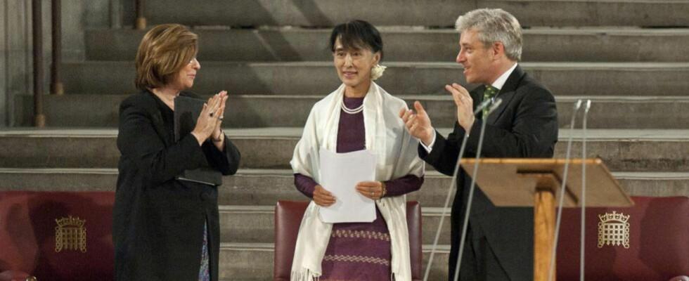 HISTORISK:  Aung San Suu Kyi ble første utenlandske kvinne som har talt over Underhuset og Overhuset samtidig. Her i Westminster Hall torsdag, flankert av Underhusets leder John Bercow og leder i Overhuset, baronesse D'Souza. FOTO: DAVID PARKER, AFP/NTB SCANPIX.