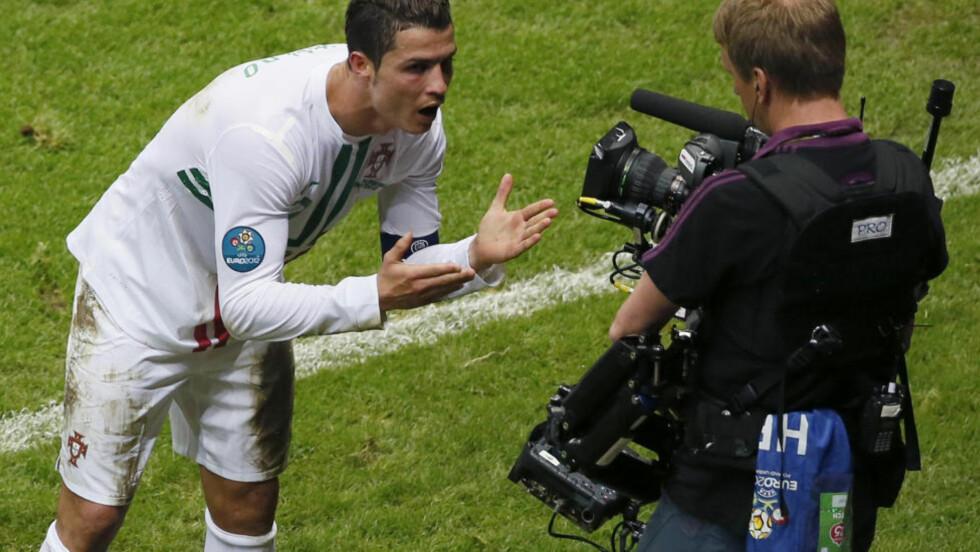 SIER NOE TIL KAMERA: Her sier Ronaldo noe før han gir et slengkyss til kamera. Foto: REUTERS/Leonhard Foeger/NTB scanpix
