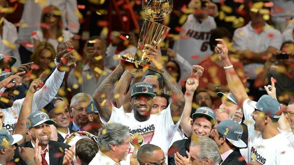 JUBEL: LeBron James løfter trofeet etter at Miami Heat sikret NBA-tittelen. Foto:  AFP PHOTO / DON EMMERT AFP PHOTO / DON EMMERT