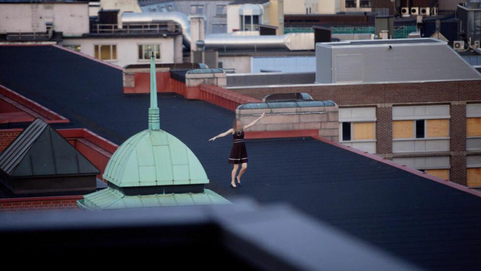 SOMMERFEST: Her danser en kvinne på taket av Finansdepartementet under festen.  Foto: Stian Lysberg Solum / NTB scanpix