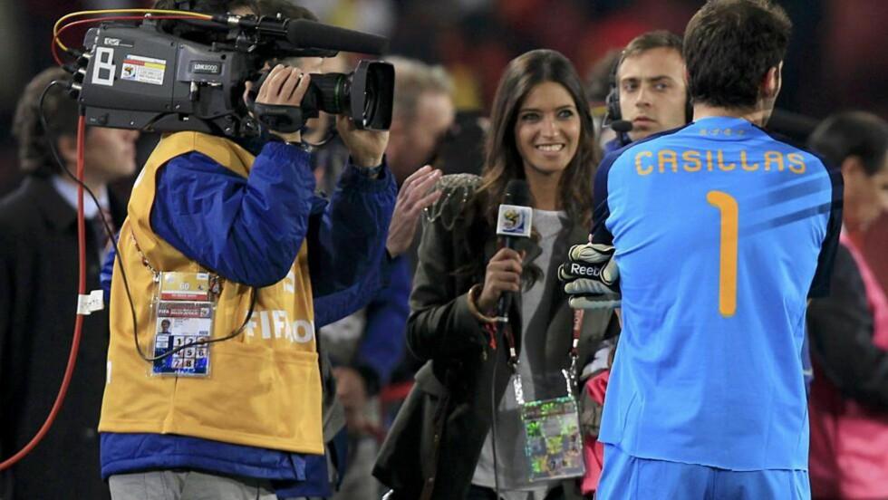 INTERVJU MED DAMA: TV-journalist Sara Carbonero intervjuer kjæresten Iker Casillas, Spanias landslagskeeper, etter seieren mot Paraguay i VM-kvartfinalen i 2010. Foto: Marcelo Del Pozo / Reuters / NTB scanpix