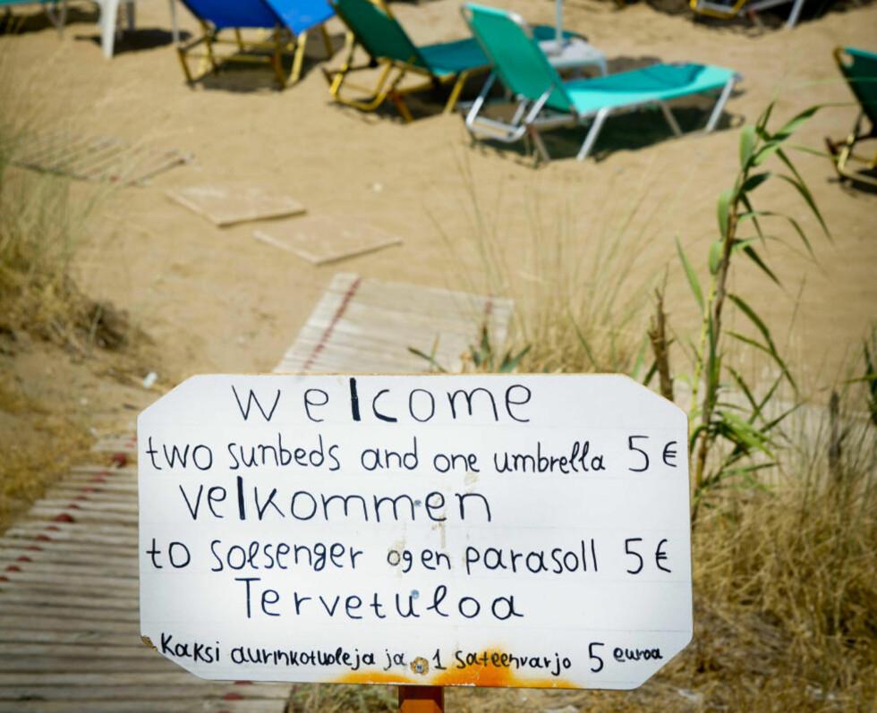 PÅ STRANDA: Nok av plass på strendene.To solstoler og en parasoll koster 5 euro for en dag. Foto: JOHN TERJE PEDERSEN